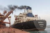 Chargement des cargos navires au terminal d'exportation maritime de bauxite du port de Conakry, en Guinée, le 8 avril 2017.