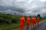 Des membres de la force de réponse aux désastres nationaux indienne, avant le passage du cyclone Gulab, à Ganjam, en Inde, le 26septembre2021.