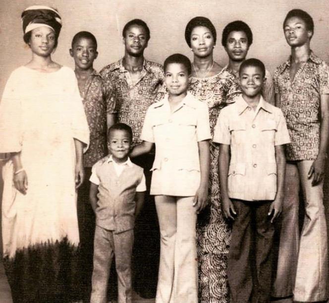 Lamine Badian Kouyaté (au centre), avec ses six frères, sa mère (à droite) et une cousine de sa mère (à gauche), à Bamako, au Mali, en1973.