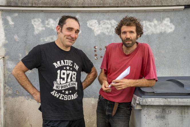 Anselme Poignant (droite) et un membre du collectif couserannais de défense des libertés 09, à Saint-Girons (Ariège), le 4 septembre 2021.