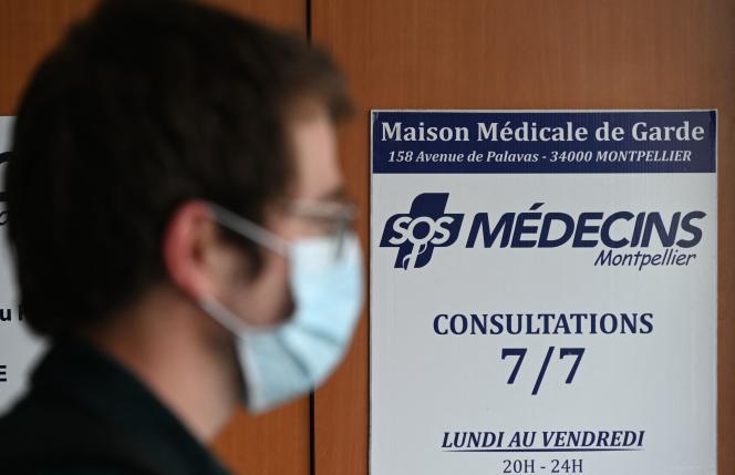 A l'entrée d'un centre SOS médecins, alors que la fédération entame une grève de 24heures, à Montpellier, le 27septembre 2021.