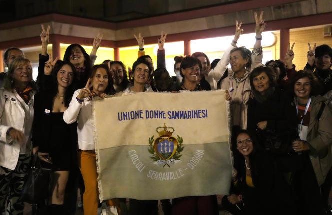 Des militantes féministes célèbrent la décriminalisation de l'avortement, à Saint-Marin, en Italie, le 26 septembre 2021.