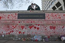 Des infirmières de l'hôpital St Thomas sont assises au sommet du National Covid Memorial Wall, à Londres, le 27 avril 2021.