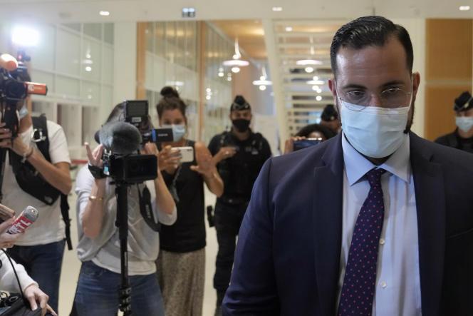 Alexandre Benalla quitte le Palais de justice au premier jour de son procès, à Paris, le 13 septembre.