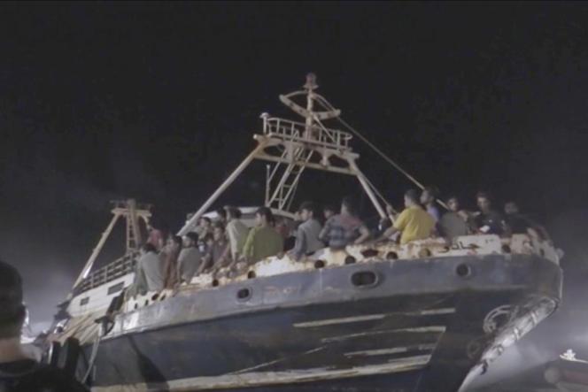 Capture d'écran d'une vidéo montrant l'arrivée dans le port de Lampudesa du navire transportant les migrants, dans la nuit de lundi 27 à mardi 28 septembre 2021.