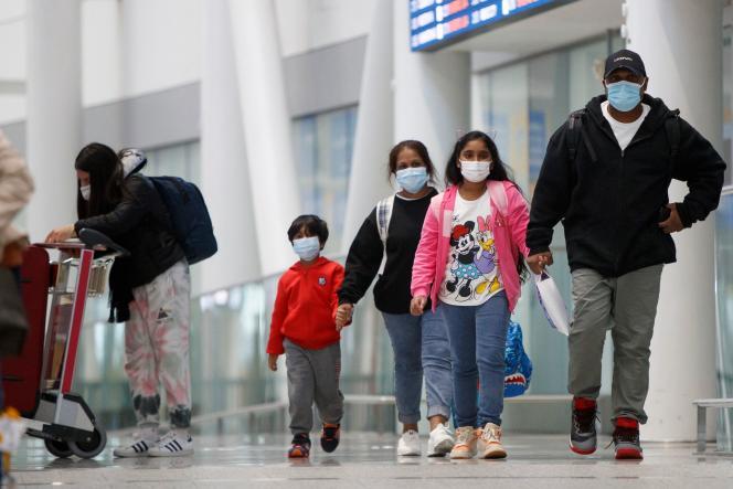 Supun Thilina Kellapatha et sa famille, à leur arrivée à l'aéroport international de Toronto, au Canada le 28 septembre 2021.
