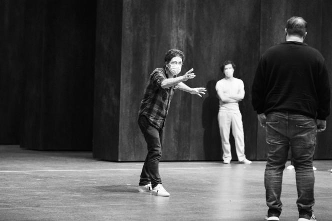 Wajdi Mouawad lors des répétitions d'«Œdipe» à l'Opéra national de Paris, le 20 août 2021.