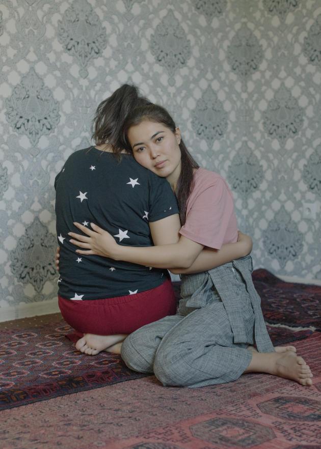 Sitara Mehiri avec sa sœur Afifa, à Vahdat, au Tadjikistan, le 26 septembre 2021.