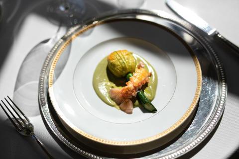 Les fleurs de courgettes farcies d'une riste d'aubergines et de langoustines snackées de Nadège Serret. L'hôtel restaurant de luxe La Villa Saint-Ange à Aix-en-Provence.