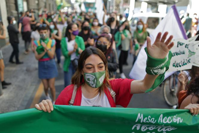 Des femmes manifestent devant l'ancien Congrès national, pendant la Journée internationale pour le droit à l'avortement sûr et légal, à Santiago du Chili, le 28septembre 2021.