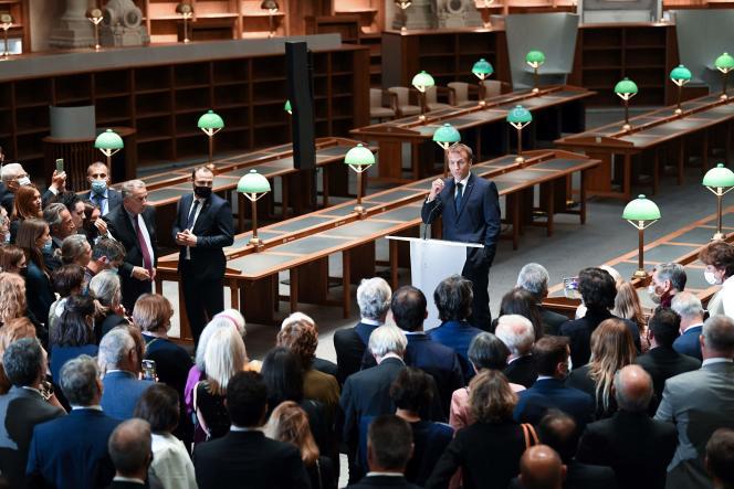 Emmanuel Macron (au centre) lors de sondiscours sur le site Richelieu de la Bibliothèque nationale de France (BNF) à Paris, le 28 septembre 2021.