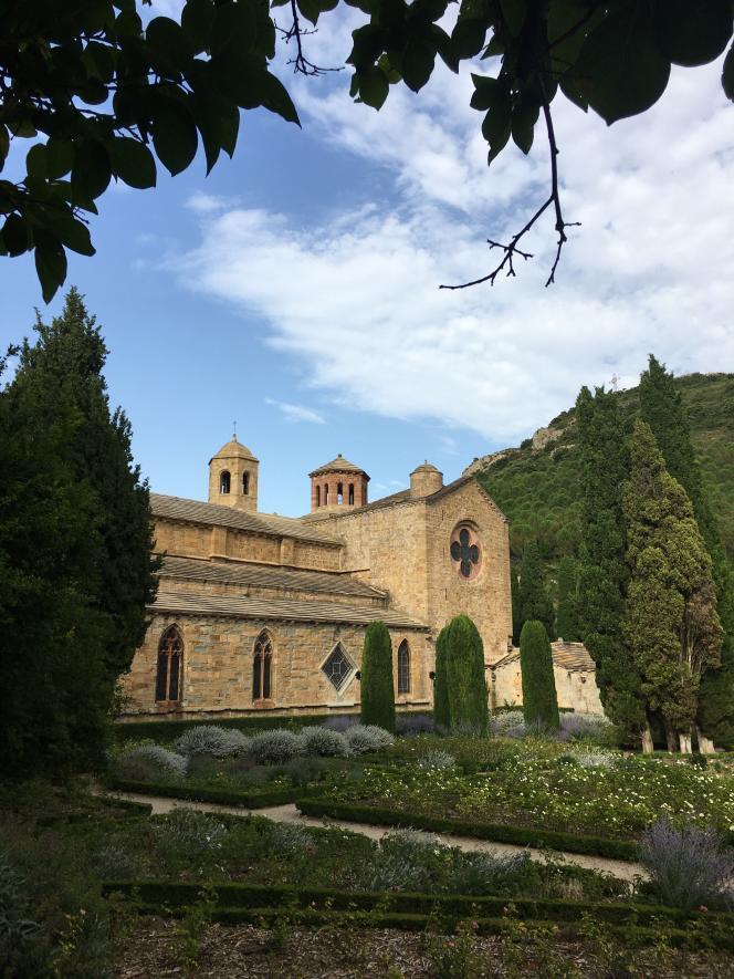 Vue de l'abbaye de Fontfroide, dans l'Aude, et de l'un de ses jardins.