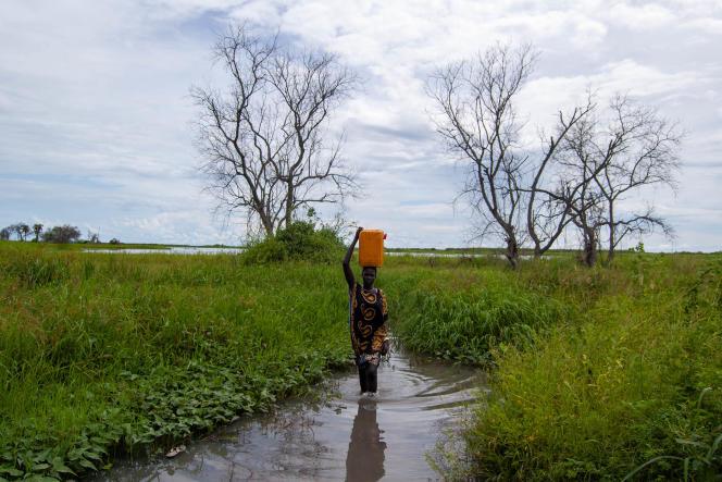Une jeune fille va chercher de l'eau dans le Nil au camp de déplacés de Malual Agorbar, près de Bor.