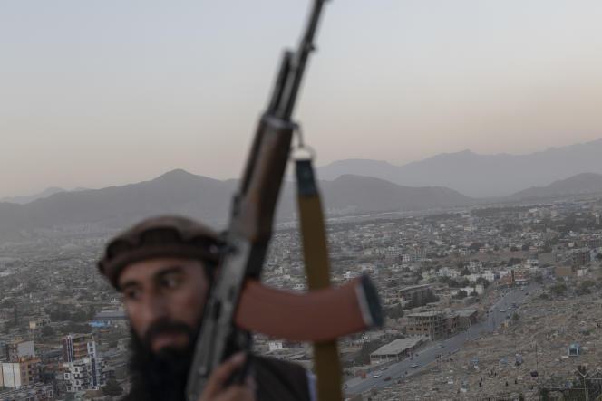 Un taliban, en haut du plongeoir d'unepiscine désaffectée, au sommet de la colline Wazir Akbar Khan, qui domine Kaboul, le 16 septembre.
