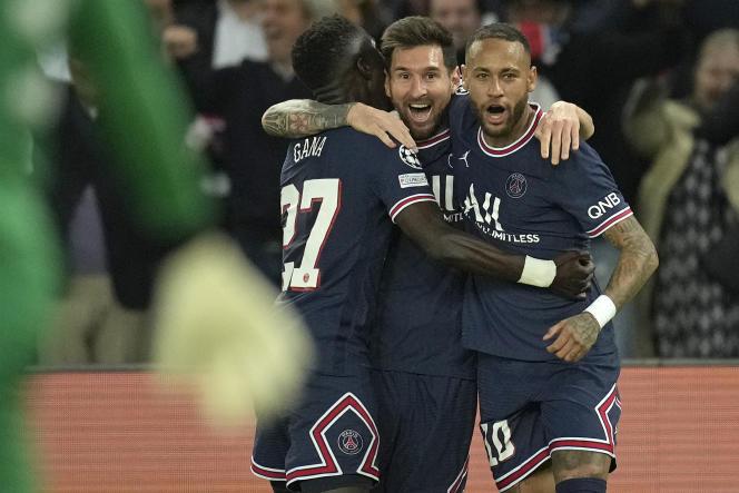 L'attaccante del Paris Saint-Germain Lionel Messi (al centro) ha festeggiato il suo gol contro il Manchester City il 29 settembre 2021 al Parc des Princes.
