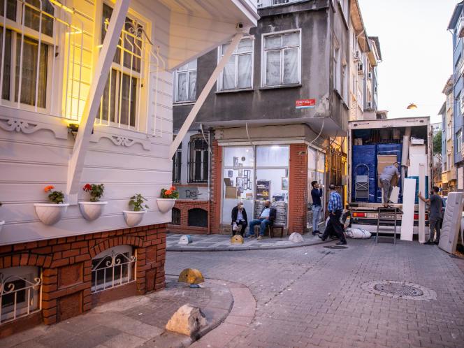 Le quartier gentrifié de Yeldegirmeni, à Istanbul, le 25 septembre 2021. A gauche, un immeuble rénové a été transformé en hôtel.