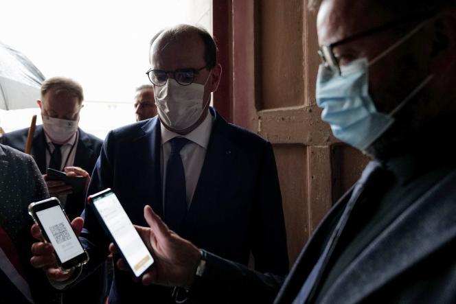 Le premier ministre, Jean Castex, présente son passe sanitaire à l'entrée de l'abbaye royale, à Fontevraud (Maine-et-Loire), le 18septembre2021.