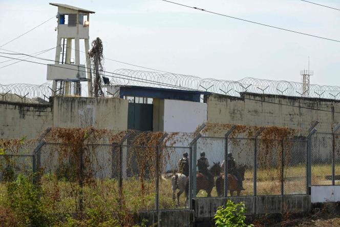 Des policiers à cheval patrouillent autour de la prison de Guayaquil, en Equateur où plus de cent prisonniers ont été tués dans des affrontements entre gangs.