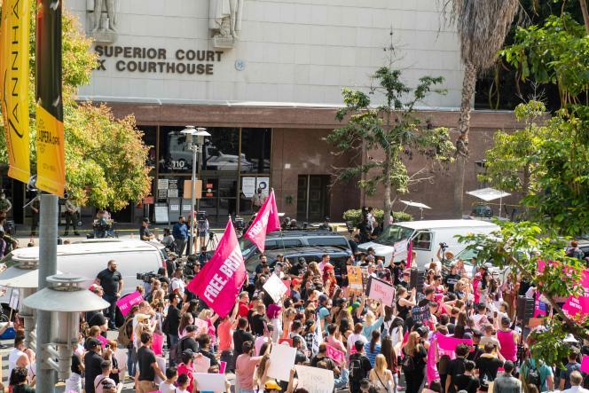 Dziesiątki fanów Britney Spears zebrały się w sali sądowej w Los Angeles, czekając na usunięcie opieki sprawowanej przez ojca gwiazdy 29 września 2021 roku.