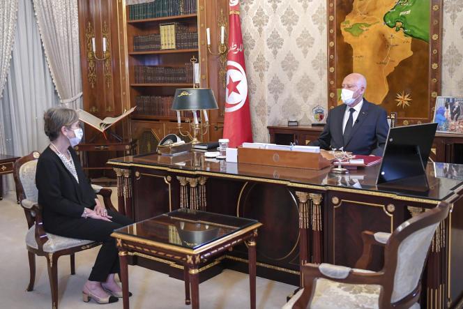 De Tunesische president Kais Saied spreekt woensdag 29 september 2021 in Tunis met de nieuwe premier, Najla Bouden.