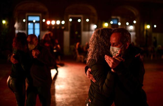 Après les mois de restrictions dus au Covid-19, des couples dansent de nouveau le tango, àBuenos Aires, le 14 septembre 2021.