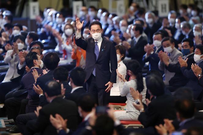 Fumio Kishida salue les militants et les cadres de son parti après avoir été élu à la présidence du Parti libéral-démocrate, à Tokyo, le 29 septembre 2021.