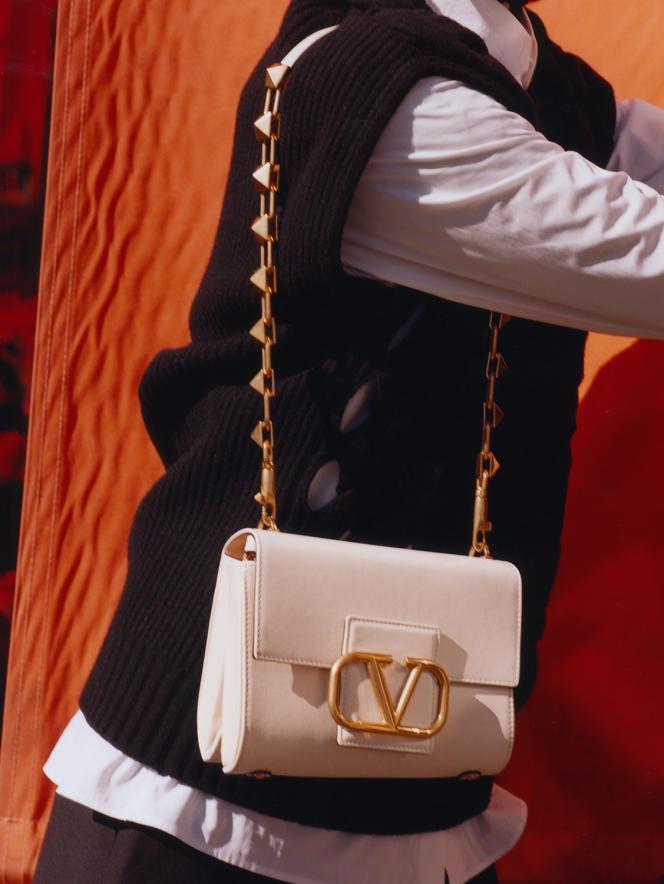 Chemise en coton, pull en laine, Valentino. Sac Stud Sign, en cuir de veau, Valentino Garavani, 2 500 €. valentino.com