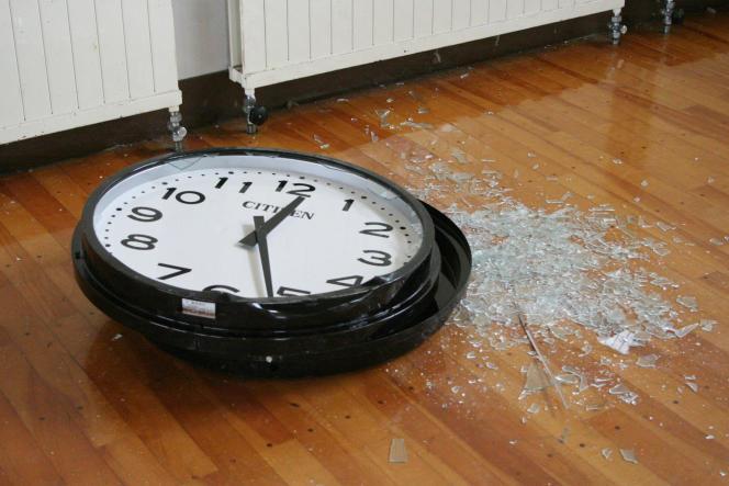 Dans legymnase Ono à Hirono (Japon), dans la zone sud de Fukushima, une secousse sismique a arrêté l'horloge.