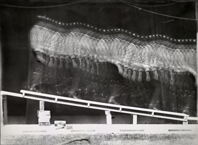 « Descente d'un plan incliné » (1882), de Jules-Etienne Marey, négatif sur plaque de verre positive au gélatino-bromure d'argent.