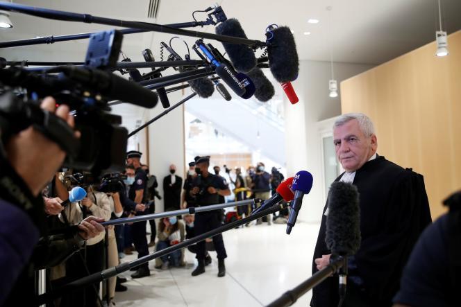 Thierry Herzog, l'avocat de Nicolas Sarkozy, parle aux journalistes après l'énonce du délibéré, au tribunal correctionnel de Paris, le 30 septembre 2021.