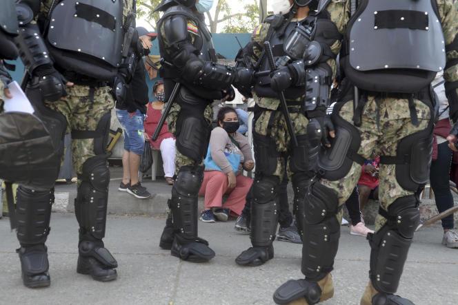 Des familles de détenus attendent des nouvelles, devant la prison du Littoral, à Guayaquil, en Equateur, jeudi 30 septembre 2021.