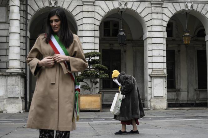 La maire de Turin, Chiara Appendino (à gauche), lors d'une minute de silence, le 31 mars 2020 à Turin, en hommage aux victimes du Covid-19.