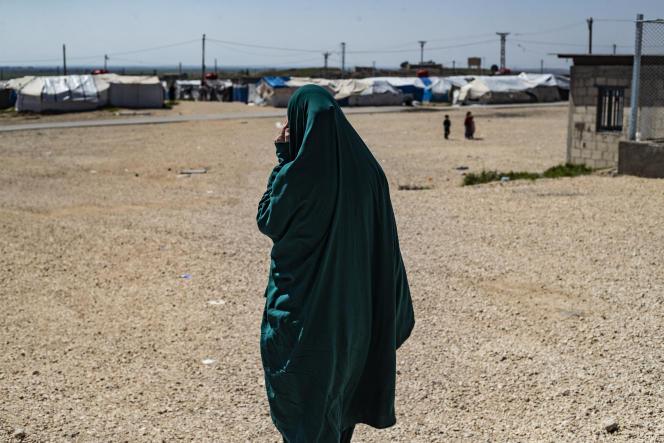 Une femme française liée à l'organisation Etat islamique, dans le camp de Roj, en Syrie, le 28 mars 2021.