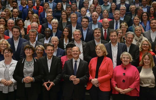 Le chef du groupe parlementaire des sociaux-démocrates allemands (SPD),Rolf Mützenich (en bas, 3e à gauche), la coprésidente du SPD,Saskia Esken,(en bas, 2e à gauche) et des députés du groupe (206 au total), le 29 septembre 2021, au Bundestag, à Berlin.