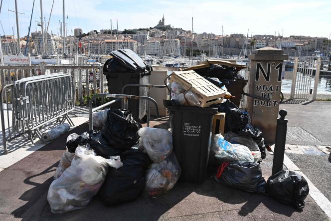 Des poubelles sur le Vieux-Port de Marseille, le 30 septembre 2021.
