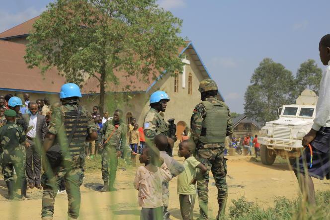 Des soldats de la Monusco montent la garde devant l'église catholique Emmanuel Butsili, à Béni, le 27 juin 2021.