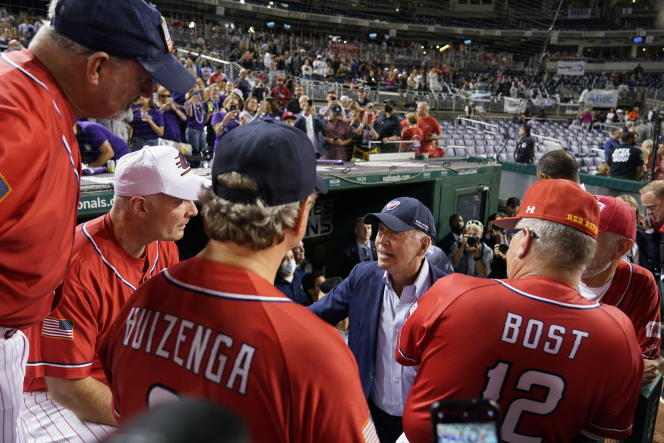 Le président Joe Biden face à l'équipe républicaine lors du match de base-ball entre parlementaires, le 29 septembre 2021, à Washington.