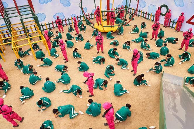456 Coréens endettés participent à des jeux d'enfants dont la sanction est la mort ou la récompense avec 456 milliards de wons, dans «Squid Game», série de Hwang Dong-hyuk.