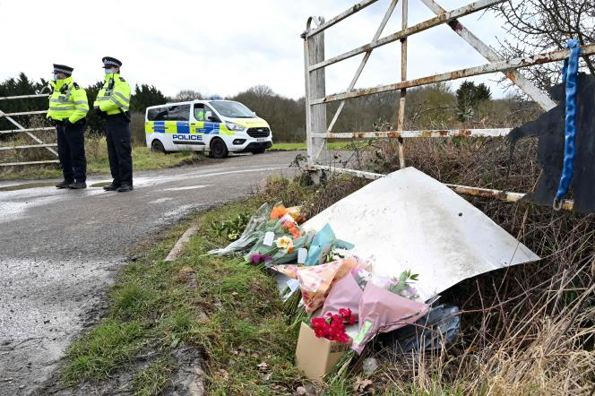 Flores e mensagens de luto no local onde o corpo de Sarah Evert foi encontrado em março de 2021.