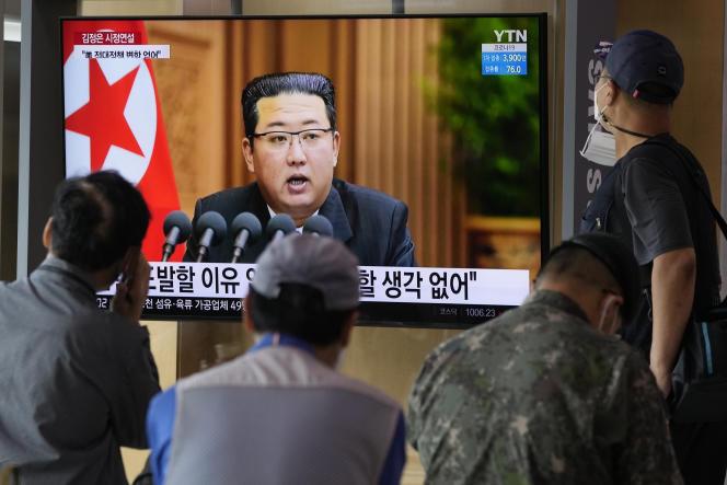 Des habitants de Corée du Sud regardent la télévison, où apparaît le visage du leader nord-coréen Kim Jong-un, le 30 septembre 2021, à Séoul.