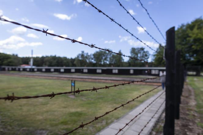 Des barbelés délimitent l'ancien emplacement du camp de Stutthof, à Sztutowo, dans l'actuelle Pologne.