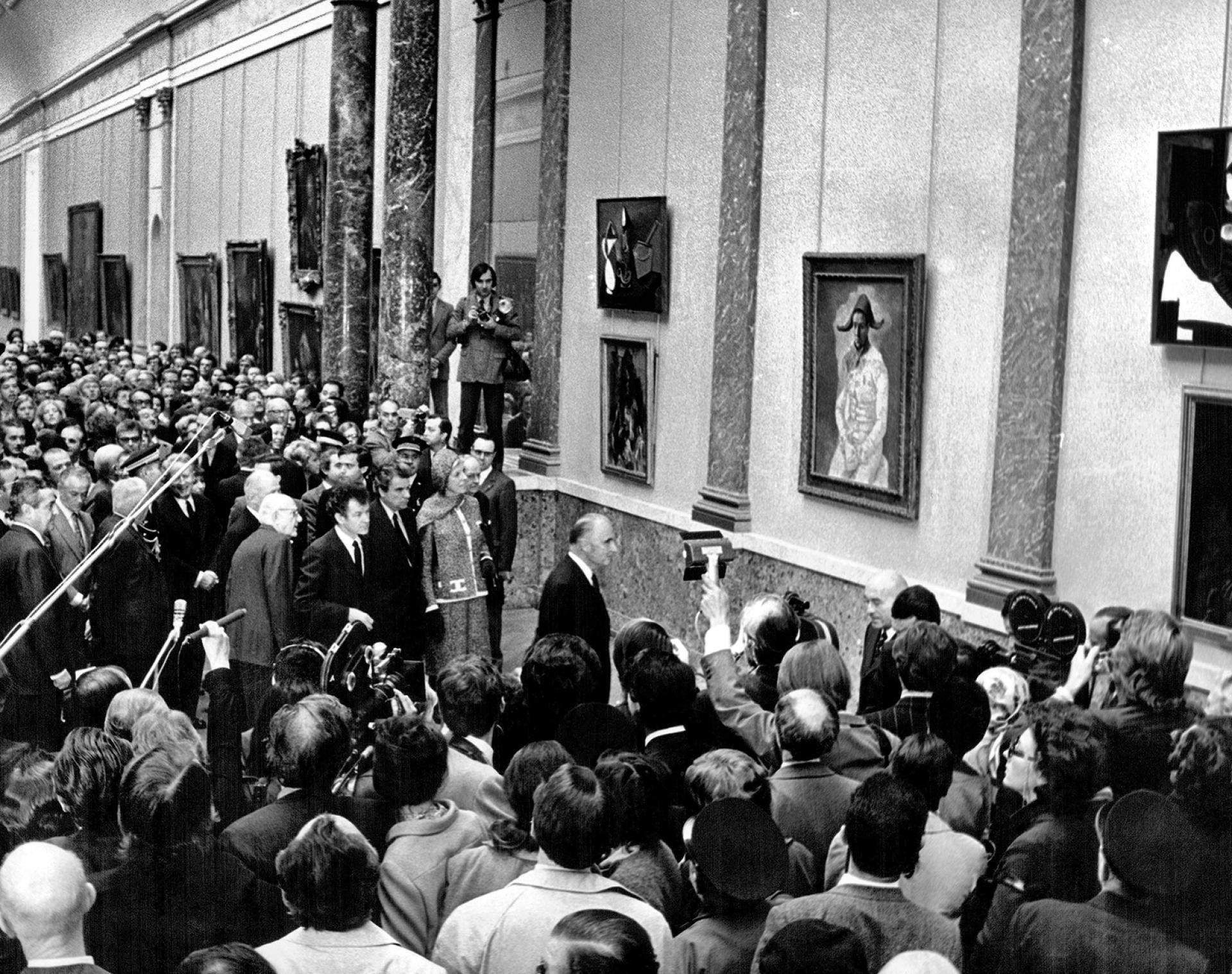 Le président Georges Pompidou face à l'«Arlequin», lors de l'inauguration de l'exposition «Picasso au Louvre», le 21octobre 1971.