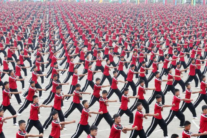 Des étudiants chinois lors d'un cours d'arts martiaux au temple Shaolin Tagou Wushu à Dengfeng (Chine), en 2014.