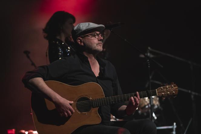 Olivier Libaux, guitariste du groupe Nouvelle Vague sur scène à Barcelone (Espagne), le 24 mars 2021.