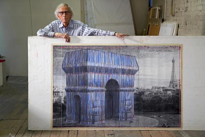 Christo avec son projet d'emballage de l'Arc de triomphe à Paris.