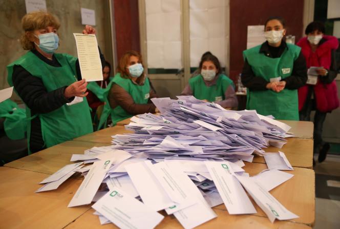 Anggota komisi pemilihan menghitung surat suara untuk pemilihan kota 2 Oktober di Tbilisi (Georgia).