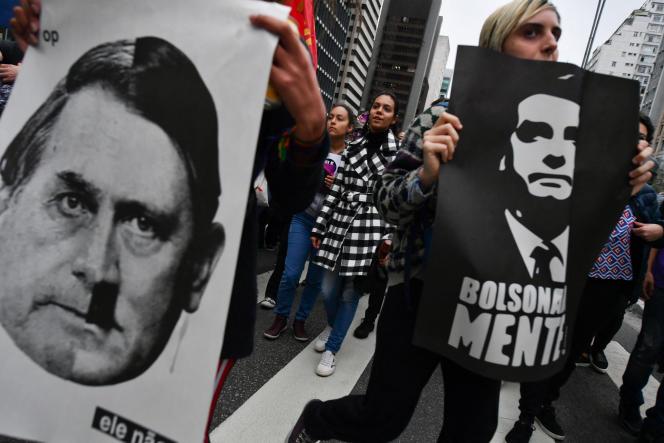Des manifestants brandissent des pancartes comparant Jair Bolsonaro à Adolf Hitler,à Sao Paulo (Brésil), en 2018.
