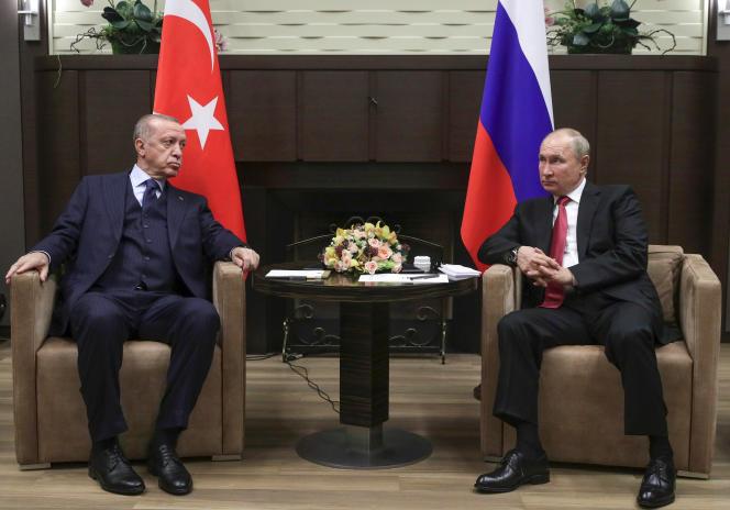 Presiden Turki Recep Tayyip Erdogan dan timpalannya dari Rusia Vladimir Putin (kanan) di Sochi, Rusia, 29 September 2021.