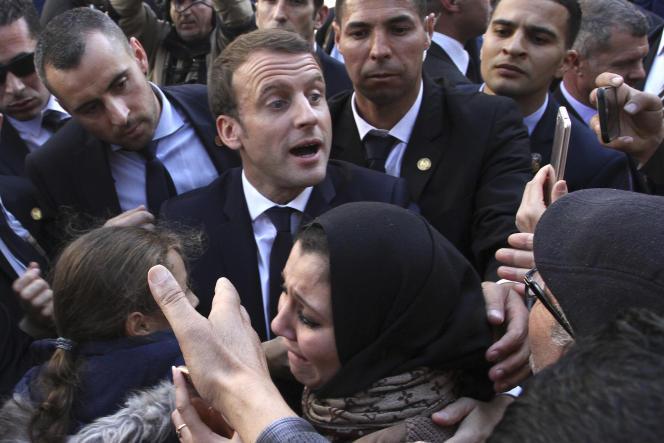 Emmanuel Macron à la rencontre des habitants d'Alger, en décembre 2017.