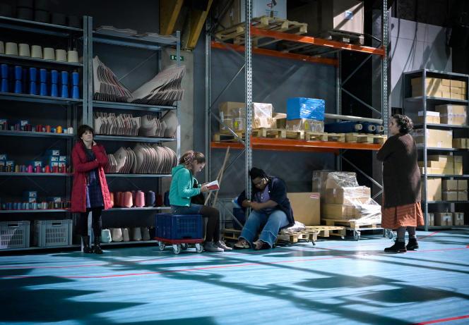 Le texte de «7 minutes», signé Stefano Massini, raconte le dilemme d'ouvrières confrontées à une réorganisation de leur usine : sauver l'emploi ou accepter des conditions de travail dégradées.